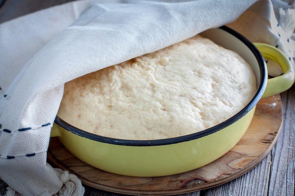 Ciasto drożdżowe powinno być wilgotne, ale dobrze wyrośnięte i puszyste.