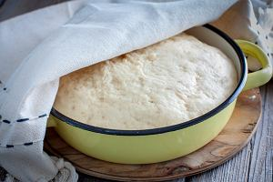 Jak zrobić ciasto drożdżowe? Uniwersalne ciasto do domowych wypieków