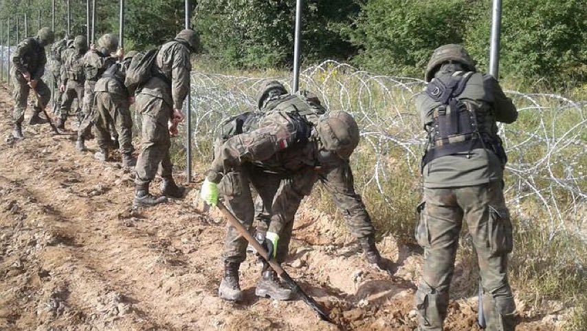 Błaszczak: Wojsko rozpoczęło budowę płotu na granicy z Białorusią