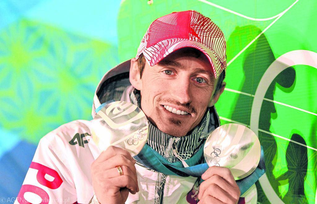 Adam Małysz (skoki narciarskie): jeden srebrny i jeden brązowy w Salt Lake City w 2002 r. oraz dwa srebrne w Vancouver w 2010 r. Cała Polska była pewna, że równo 30 lat po zwycięstwie Fortuny znów polski skoczek zdobędzie złoto. W Salt Lake City Małysz był faworytem, miał już wówczas na koncie dwie Kryształowe Kule i pewnie zmierzał po trzecią. O tym, że na średniej skoczni zdobył tylko brąz, zdecydował pierwszy skok. Przy lądowaniu lewa narta wpadła w dziurę i Polakiem zachwiało. Wygrał Simon Ammann, który sprzątnął sprzed nosa Małyszowi złoto także na dużej skoczni oraz dwukrotnie podczas igrzysk w Vancouver