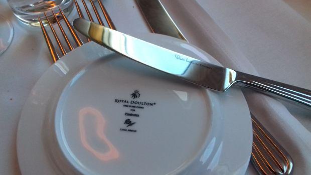 Pasażerowie klasy biznes i pierwszej w Emirates posiłki jedzą na porcelanie założonej w 1815 roku firmy Royal Doulton. Z kolei sztućce zaprojektował Robert Welch - jeden z najbardziej wpływowych projektantów brytyjskich XX wieku