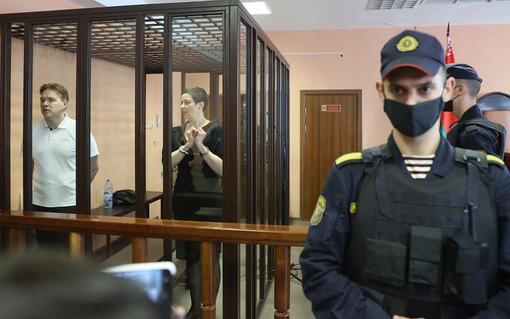 Maksim Znak i Maryja Kalesnikawa w klatce dla oskrżonych podczas procesu w Mińsku, 6 września 2021 r.