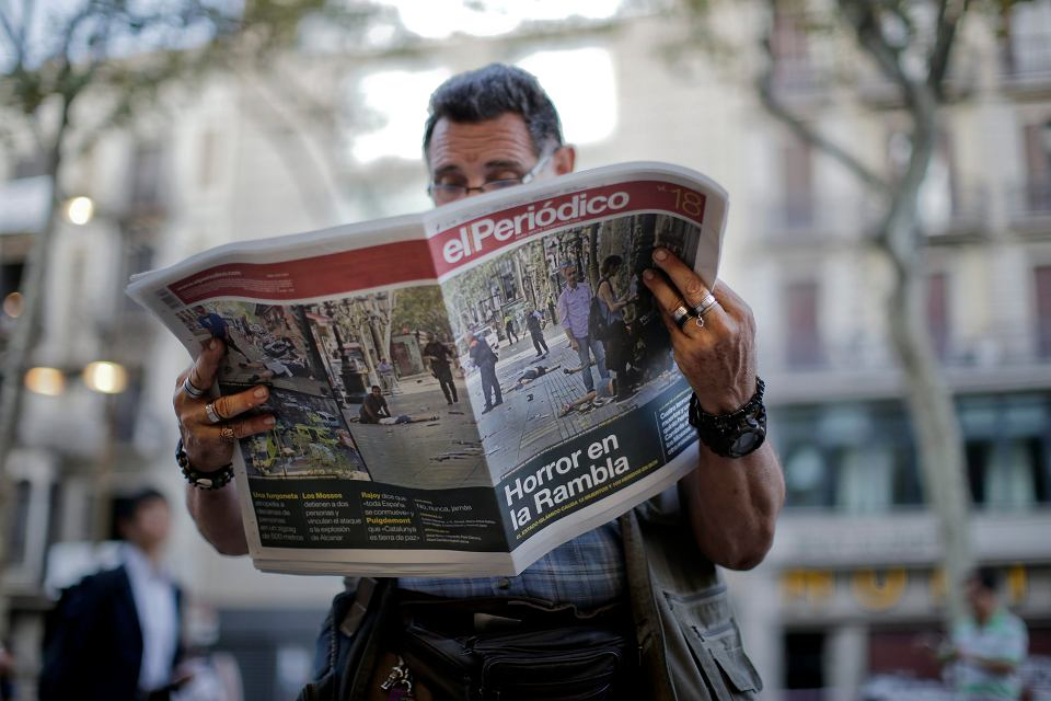 Zamach w Barcelonie. Katalończyk z dziennikiem 'El Periodico', który poświęcił tej tragedii wiele miejsca. Teraz gazeta opisuje dalsze losy śledztwa w sprawie zamachu.