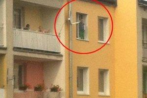 O krok od tragedii. Cztero- i pięciolatek siedzieli na parapecie. Matka była pijana
