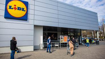Lidl sprzedaje modny płaszcz za mniej niż 90 zł