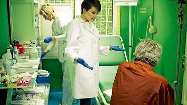 Aneta Obcowska ma 33 lata, jest chirurgiem w Szpitalu Praskim w Warszawie i od dwóch lat kierowniczką poradni dla bezdomnych stowarzyszenia Lekarze Nadziei. Obecnie tworzy w poradni zespół pozamedyczny złożony z terapeuty uzależnień, psychologa, pracownika socjalnego, który będzie się zajmował profilaktyką, diagnostyką i terapią choroby alkoholowej. Poszukuje też możliwości rozbudowy maleńkiej siedziby poradni