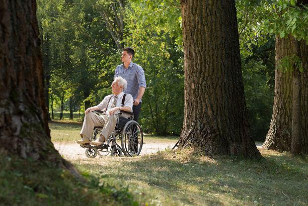 Kto nam pomoże na starość? Opiekun medyczny wspiera seniorów i całą rodzinę