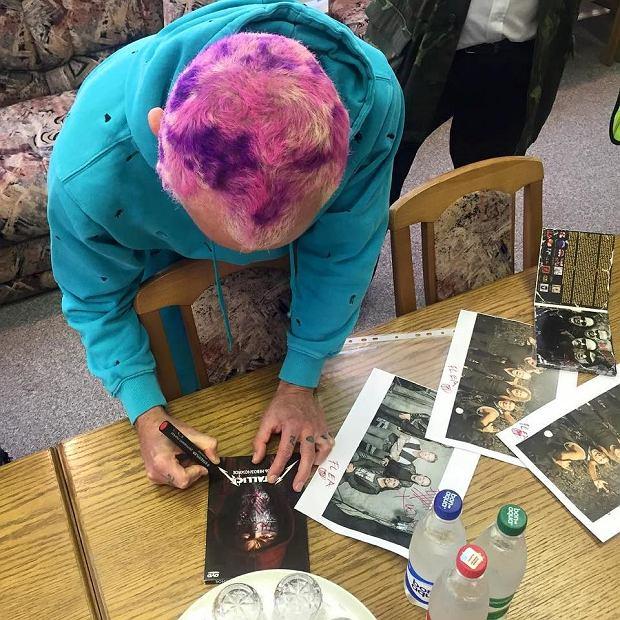 Flea podpisuje płyty Metallici