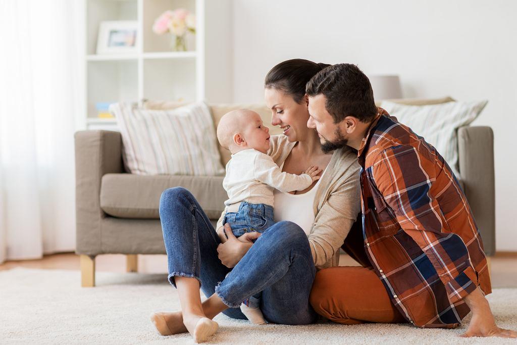 Z urlopów rodzicielskich może korzystać rodzic biologiczny lub adopcyjny jeśli jest pracownikiem.