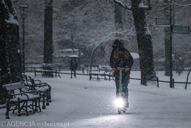 Zdjęcie numer 16 w galerii - Zima w Krakowie - śnieg przykrył ulice, domy, parki [GALERIA]
