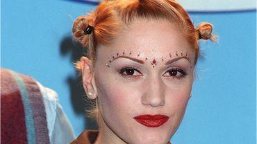 Gwen Stefani nigdy nie przyznała się do operacji plastycznych, ale jej twarz w ciągu ostatnich 20 lat zmieniała się tak często i tak intensywnie, że można tylko spekulować, jakim zabiegom się poddawała. Operacja nosa? Nastrzyknięcie ust? Botoks? Dopiero, kiedy porównamy zdjęcia widać, że gwałtowne zmiany zachodziły na jej twarzy niekiedy niemal z miesiąca na miesiąc.