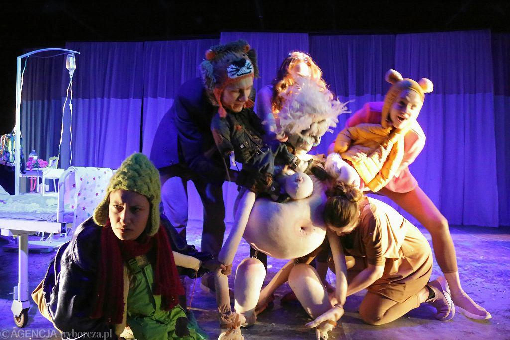Spektakl dyplomowy 'Matki' w Akademii Teatralnej