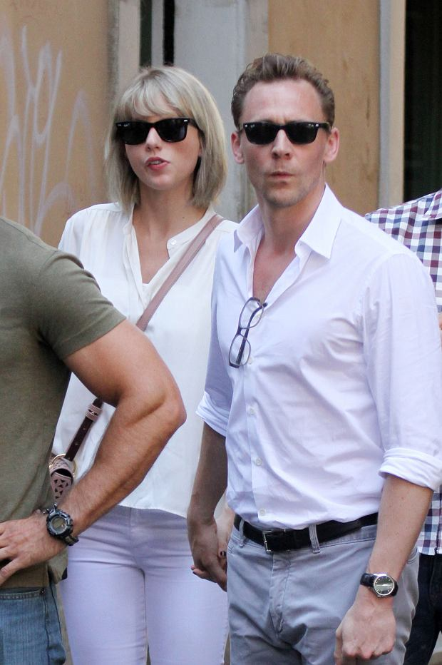 Taylor Swift and Tom Hiddleston walking in Rome, Italy. Then they take an helicopter to continue their holiday in Italy in an unknow place.