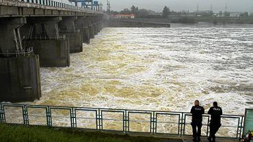 Tama na Wiśle we Włocławku. Zrzut wody po przekroczeniu stanu alarmowego, 22 maja 2010