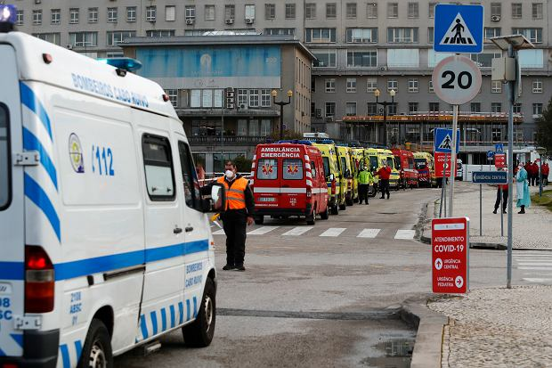 Portugalia. Karetki czekają z pacjentami na przyjęcie przed szpitalem Santa Maria w Lizbonie. 22 stycznia 2021 r.