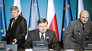 Ponad 30 osób w komisji. Płk Mirosław Grochowski (z prawej), szef MSWiA Jerzy Miller (w środku) i Maciej Lasek podczas prezentacji kolejnych ustaleń ws. katastrofy smoleńskiej, Warszawa, 18 stycznia 2011 r. W sumie w komisji Millera pracowało ponad 30 osób