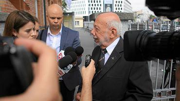 Wiceszef Związku Powstańców Warszawskich Zbigniew Galperyn odpowiada na pytania dziennikarzy po spotkaniu z min. Macierewiczem