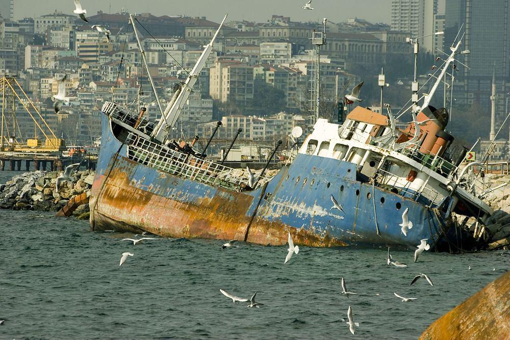 Wrak statku w porcie w Stambule.