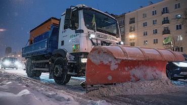 Bilans śnieżycy. Ogromne utrudnienia na drogach i kolei. Szereg wypadków i kolizji