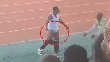 Trener Mani Gamera cieszący się ze zwycięstwa Miembieni 1:0.