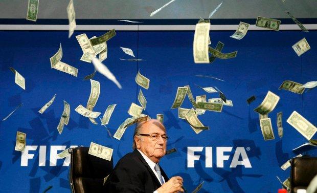 Zdjęcie numer 0 w galerii - Sepp Blatter, deszcz banknotów i... siatka na motyle? [MEMY]