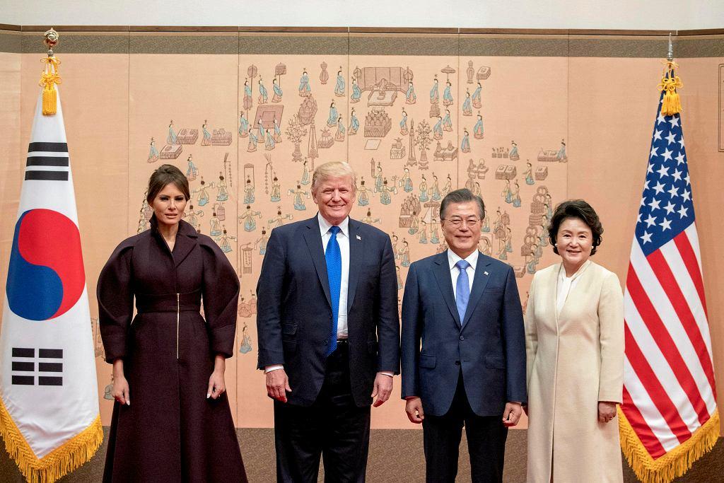 https://bi.im-g.pl/im/9c/91/15/z22616476IH,Donald-i-Melania-Trump-w-Korei-Poludniowej.jpg
