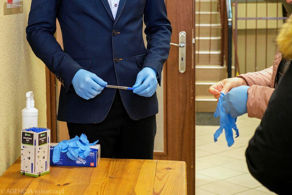 Morawsko. Remiza OSP. Obwodowa Komisja nr 4. II tura wyborów na wójta gminy Jarosław. W związku z ogloszonym stanem epidemii w całym kraju , każdy z głosujących przed wejściem obowiązkowo podlega dezynfekcji rak oraz dostaje jednorazowe rękawiczki i długopis .
