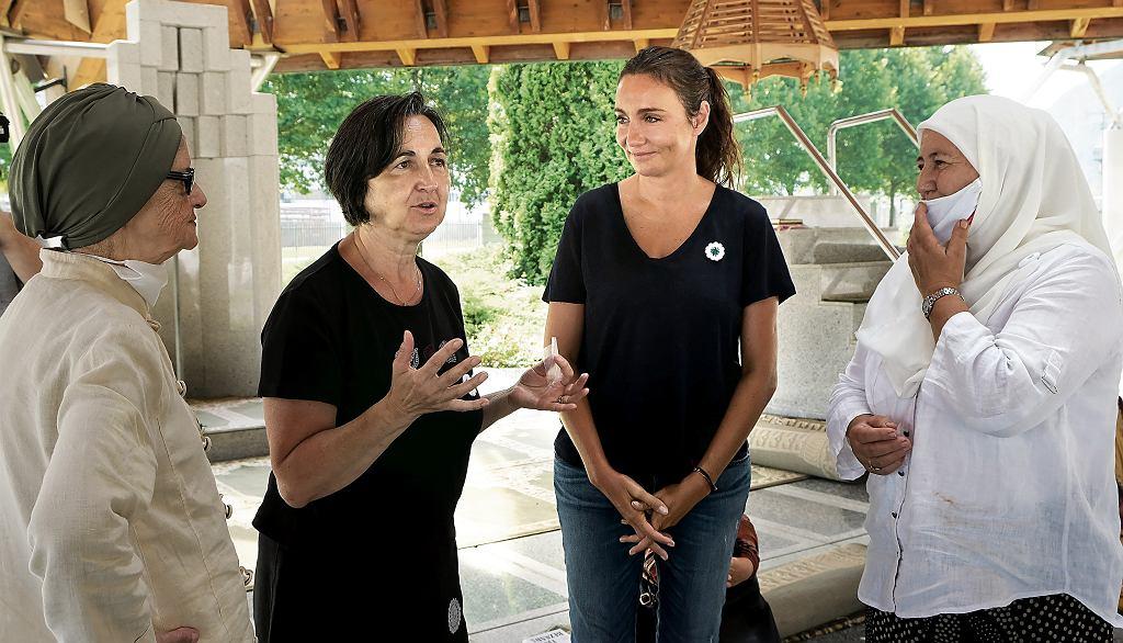 Branka Antić-Štauber z Dominiką Kulczyk i kobietami biorącymi udział w spotkaniu w Srebrenic