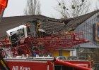 Dźwig przewrócił się na market Aldi. Jedna osoba nie żyje, są ranni, wejście do sklepu całkowicie zniszczone