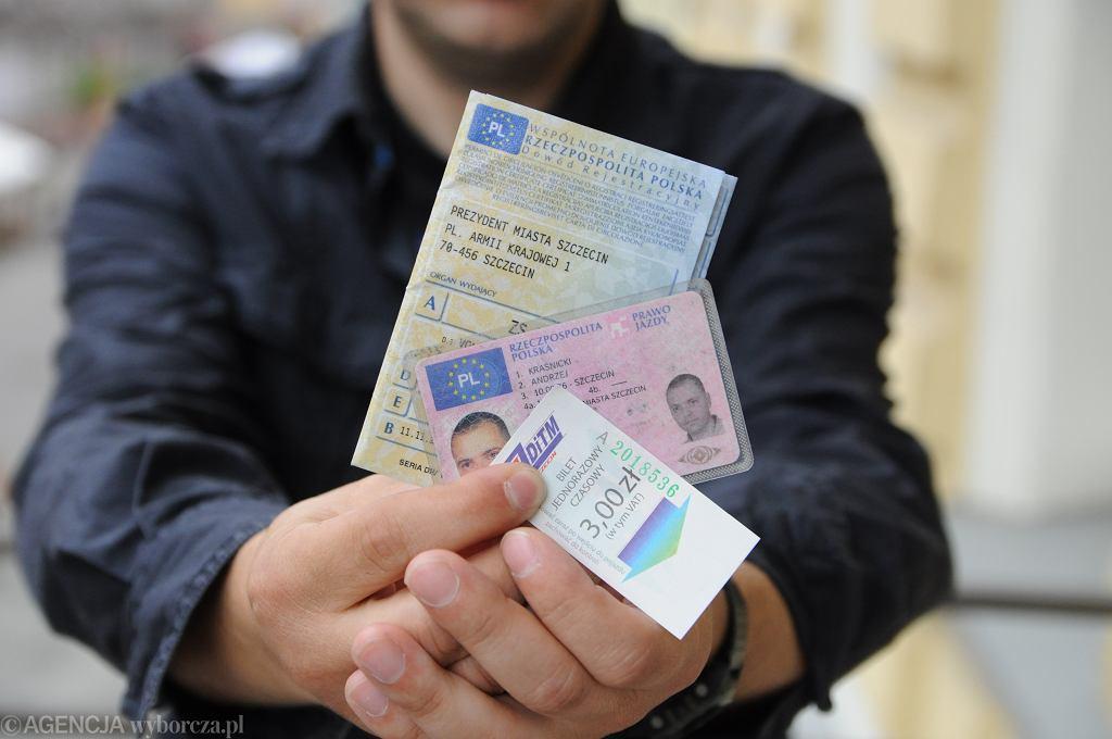 Na zdjeciu dokumenty prawo jazdy , dowod rejestracyjny oraz bilet komunikacji miejskie