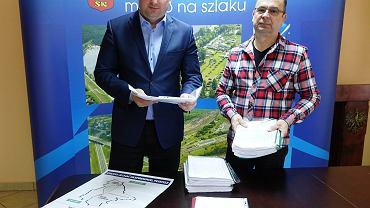 Zebrane podpisy ws. S7 przeglądają prezydent Skarżyska Konrad Krönig oraz Janusz Gruszczyński, przewodniczący Rady Gospodarczej