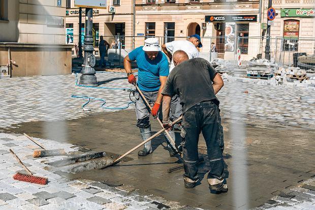 Jak zatrudnić cudzoziemca spoza UE? Nie wystarczy samo zezwolenie na pracę. Wszystko o procedurach i dokumentach