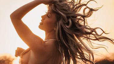 Jak odżywić zniszczone włosy? Regeneracja włosów w domu