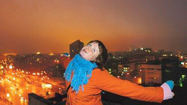 Julia na dachu wieżowca. Nuci licealną piosenkę. Miejskie anioły, anioły naszego miasta. Na zawsze tobie i na zawsze z tobą