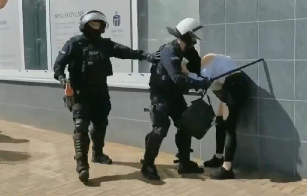 Protest w Głogowie. Interwencja policjanta wobec protestującej kobiety