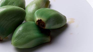 Dlaczego ząbki czosnku robią się czasem zielone lub niebieskie? Wyjaśniamy.