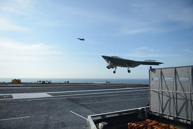 X-47B ląduje na pokładzie lotniskowca