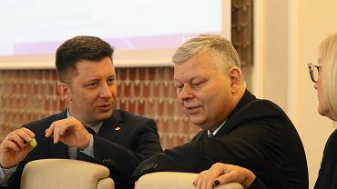 Szef kancelarii premiera, minister Michał Dworczyk, po prawej szef gabinetu politycznego premiera Marek Suski