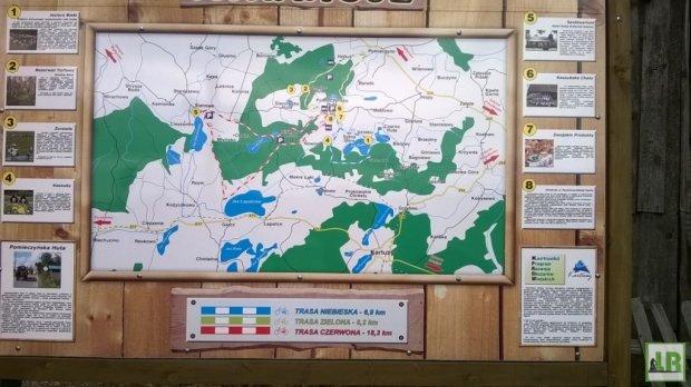 Tablica informacyjna ze szczegółowym opisem trasy