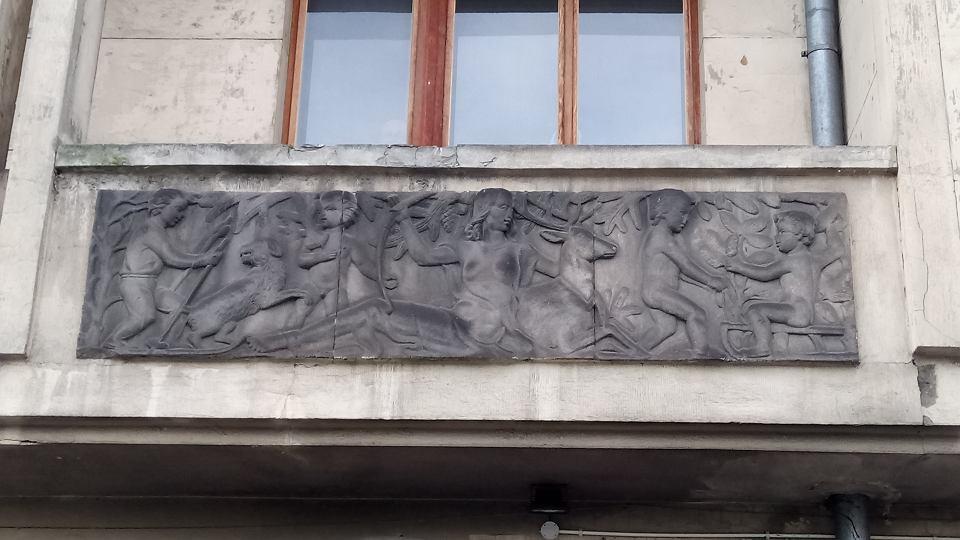 Zdjęcie numer 2 w galerii - Mokotów. Dom z płaskorzeźbami z czerwonego granitu został zabytkiem