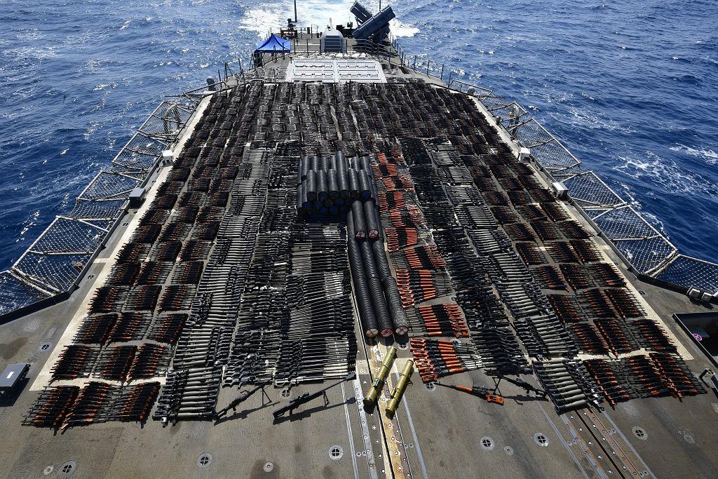 Przechwycona broń na lądowisku dla śmigłowca na pokładzie krążownika USS Monterey