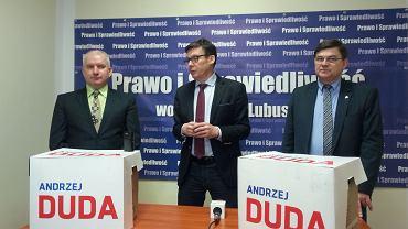Liderzy lubuskiego PiS z podpisami poparcia dla Andrzeja Dudy. Od lewej Robert Paluch, Marek Ast i Jerzy Materna