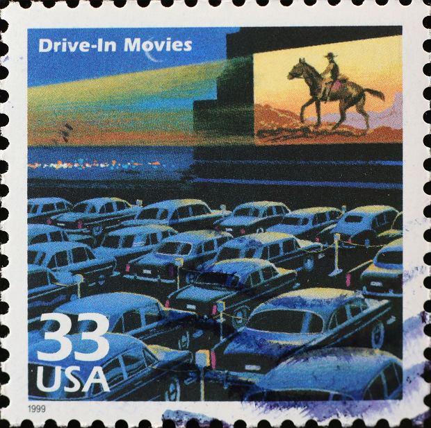 Kino samochodowe uwiecznione na jednym z amerykańskich znaczków pocztowych / Fot. Shutterstock