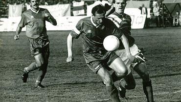 Czesław Jakołcewicz i Kazimierz Moskal walczą o piłkę podczas meczu Lech Poznań - Warta Poznań, obok Stanisław Owca (1994 rok)