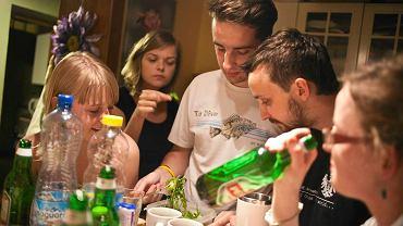 Iza, Ola, Mateusz, Kuba i Olo (na zdjęciu) wspólnie z Brunonem wynajmują czteropokojowe mieszkanie w Warszawie.  Poznali się na studiach. Dlaczego mieszkają razem? Bo tak jest ciekawiej, dobrze się dogadują i nie tęsknią za stabilizacją