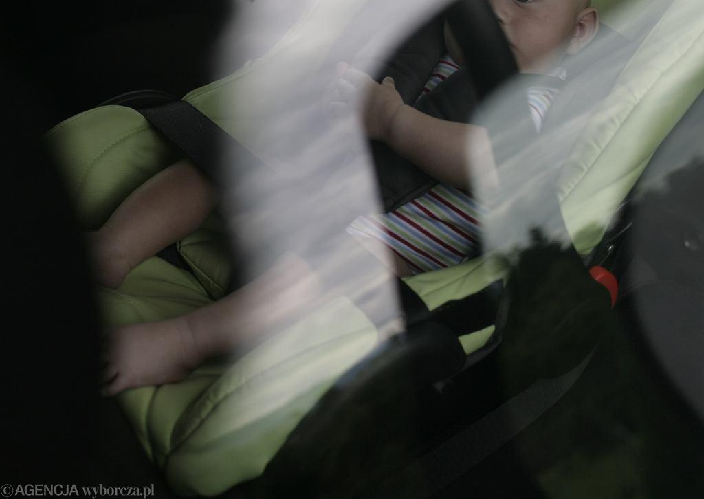 Kudowa-Zdrój. Rodzice zostawili dziecko w samochodzie, podczas gdy na dworze było ponad 30 stopni. Zdjęcie ilustracyjne