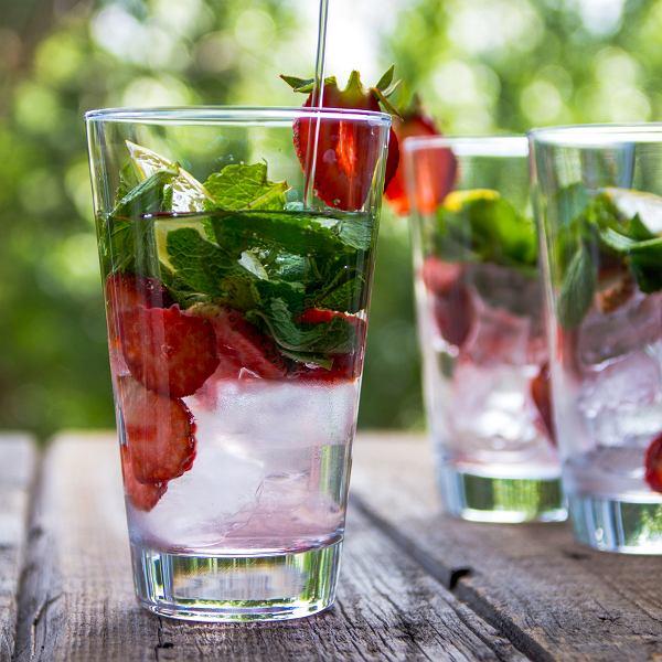 Orzeźwiające lassi, smoothie i woda z owocami na słoneczny dzień