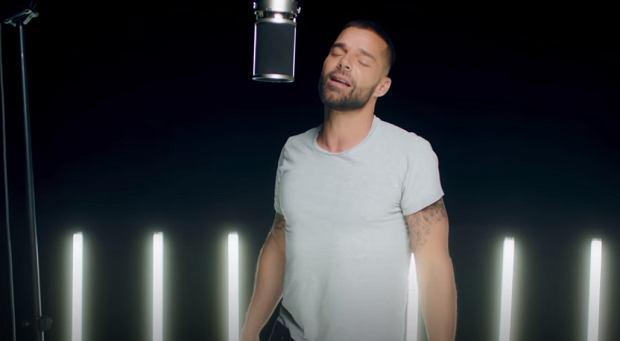 Ricky Martin Performs 'Recuerdo'