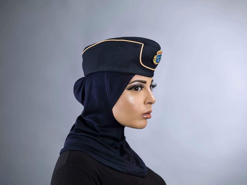 Iman Aldebe w stroju zaprojektowanym dla muzułmańskich policjantek