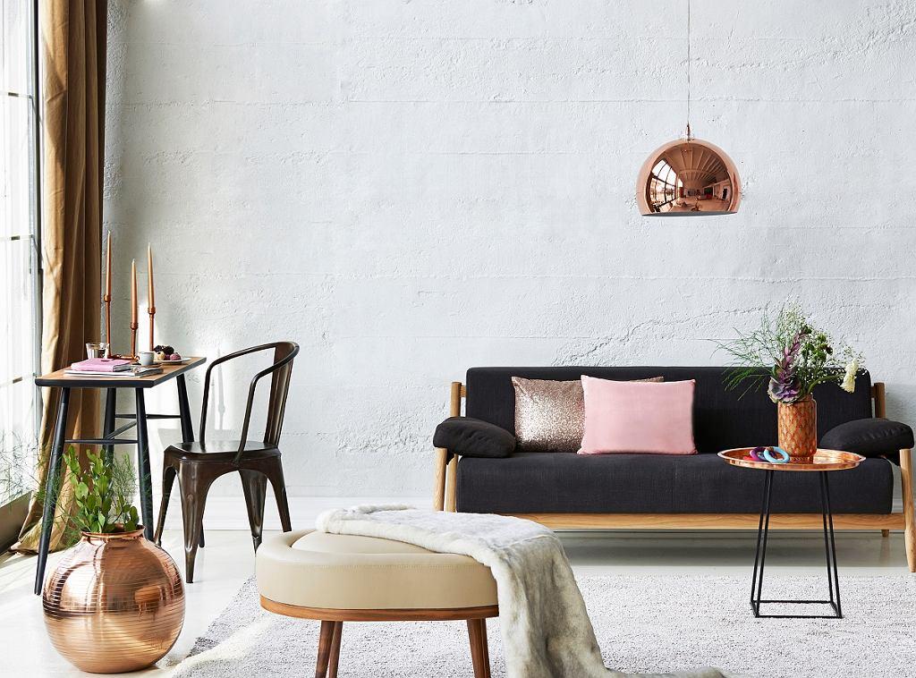Piękne wnętrza, salon z czarną sofą